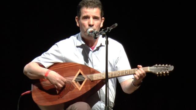 Un musicien avec son mandole traditionnel